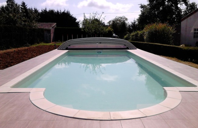 Construction piscine creus e avec abri bas desjoyaux 86 for Construction piscine creusee