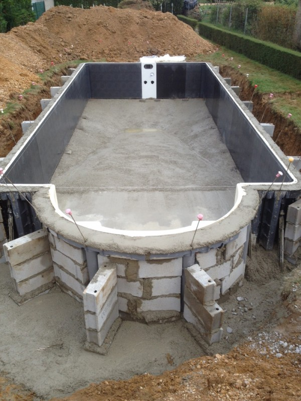 Construire une piscine simple construire une piscine with for Piscine creuse