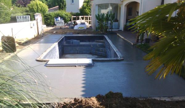 Construction piscines 86 vouneuil sous biard desjoyaux for Dalle beton autour piscine