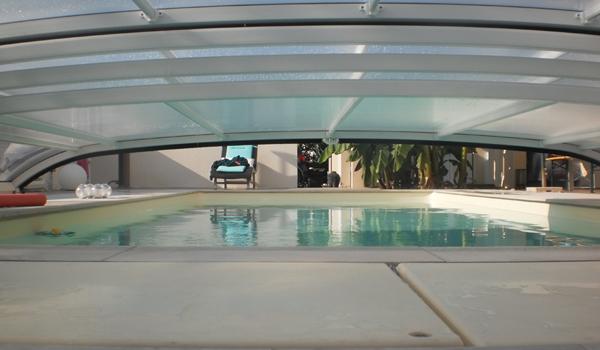Abri piscine bas, sécurité et protection du bassin