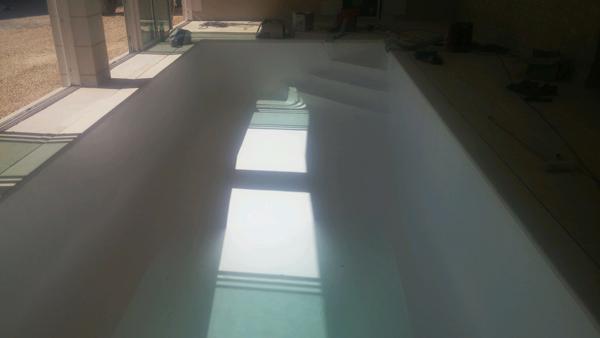 Piscine intérieure sur mesure liner et escalier d'angle