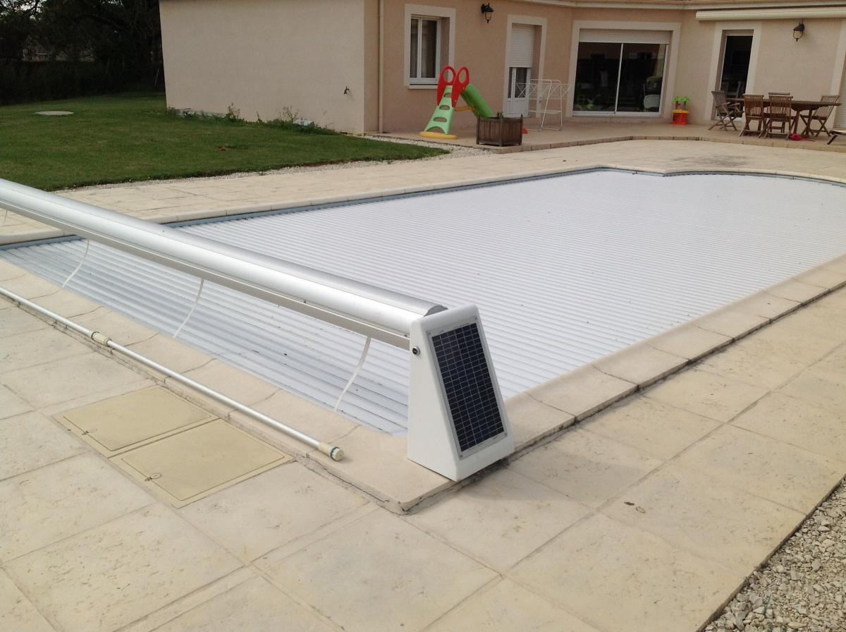 Volet roulant piscine beautiful piscine coque polyester for Prix volet immerge piscine 8x4