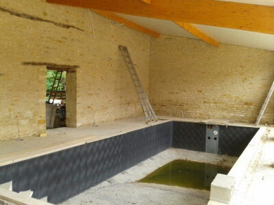 Construire une piscine int rieure mirebeau 86 for Piscine kit beton