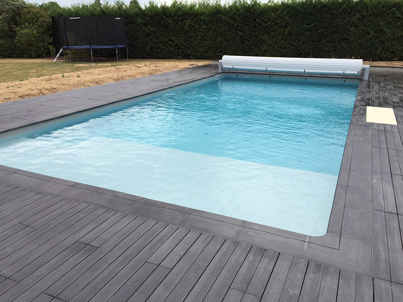 Piscine trait e lectrolyse au sel desjoyaux poitiers for Construction piscine 86