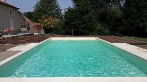 piscine enterrée avec volet roulant immergé