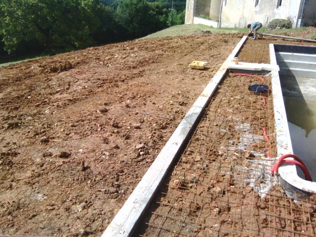 Construction piscine sur mesure b ruges 86 for Piscine terrain en pente