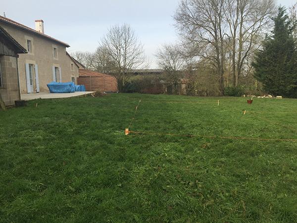 Terrain piscine enterrée devant la maison